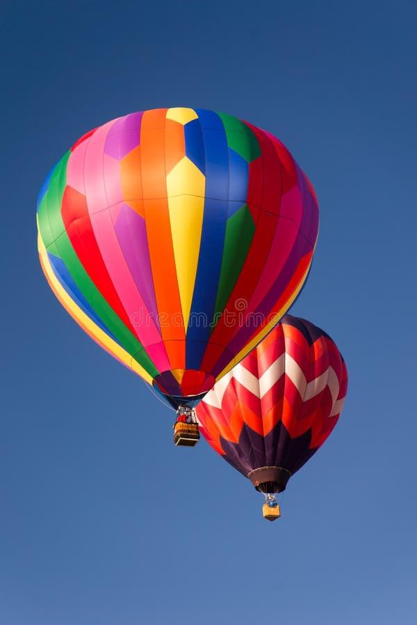 Balões de ar quente no céu foto de stock royalty free