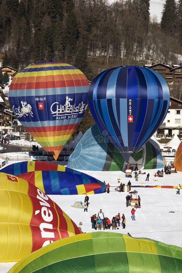 Balões de ar quente no castelo D'Oex fotos de stock royalty free