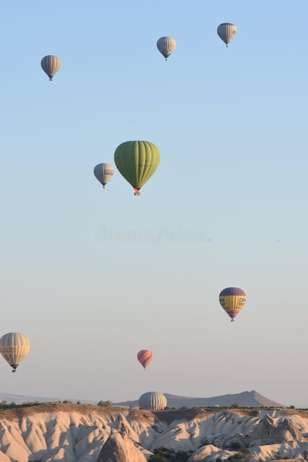Balões de ar quente que voam sobre Cappadocia, Turquia imagem de stock royalty free