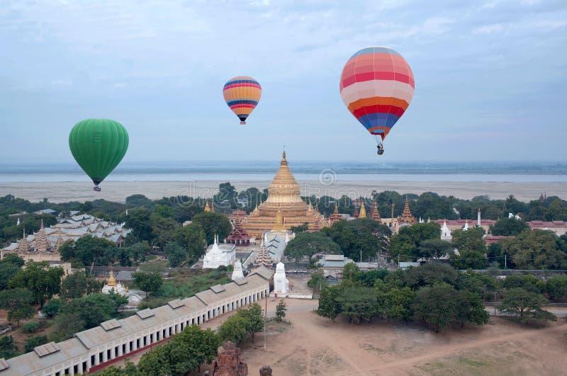 Balões de ar quente que voam sobre a zona de Bagan Archaeological, Mandalay fotografia de stock