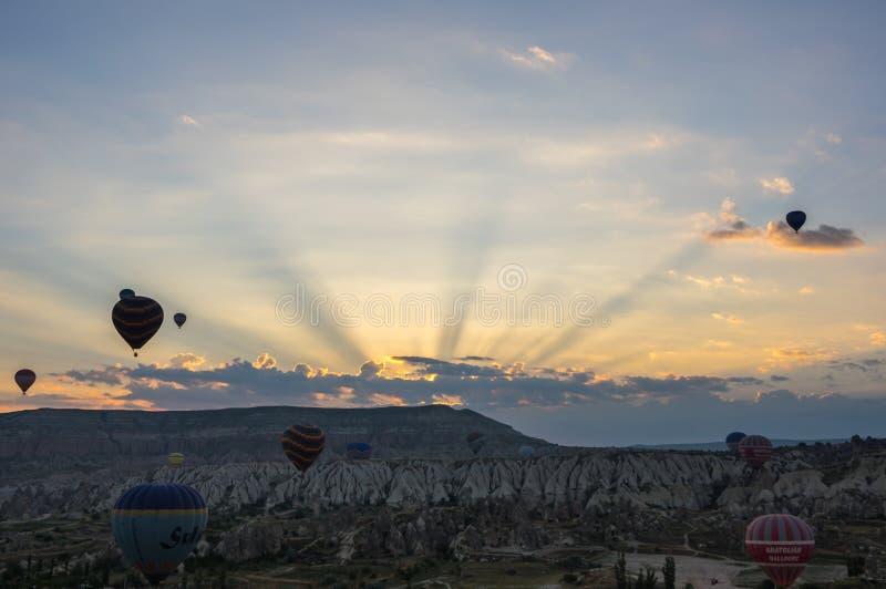 Balões de ar quente sobre Cappadocia foto de stock royalty free