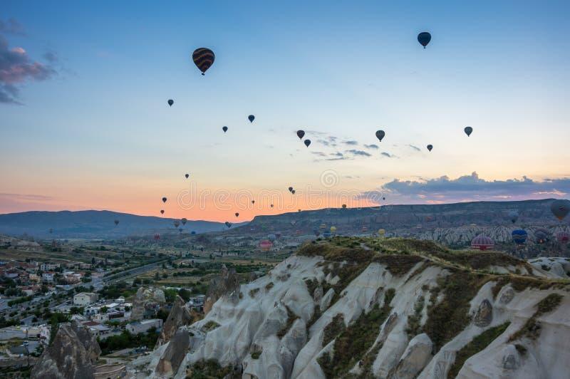 Balões de ar quente sobre Cappadocia imagem de stock