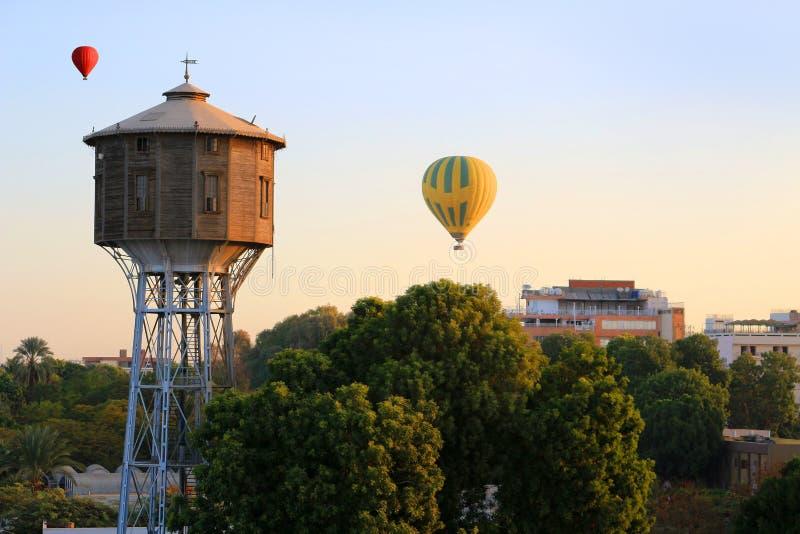 Balões de ar quente sobre Luxor no nascer do sol imagem de stock royalty free