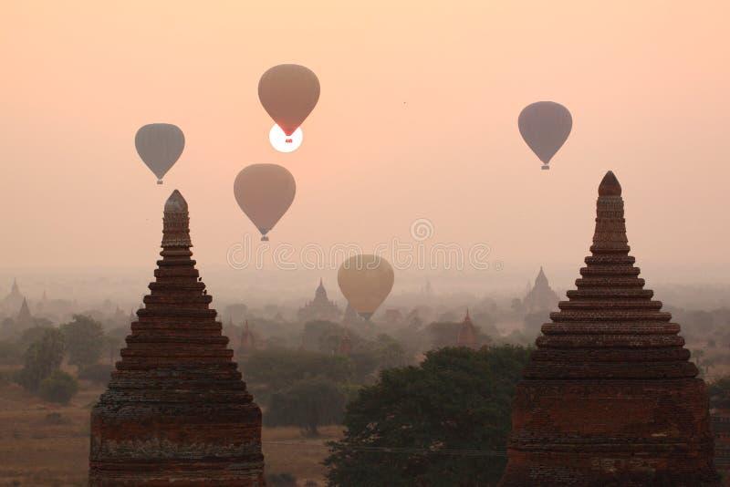 Balões de ar sobre templos budistas no nascer do sol Bagan fotografia de stock royalty free