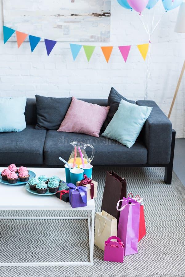 balões e caixas de presente na sala, imagens de stock royalty free