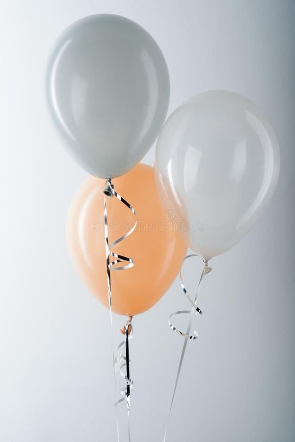 Balões e fita de prata metálica imagem de stock