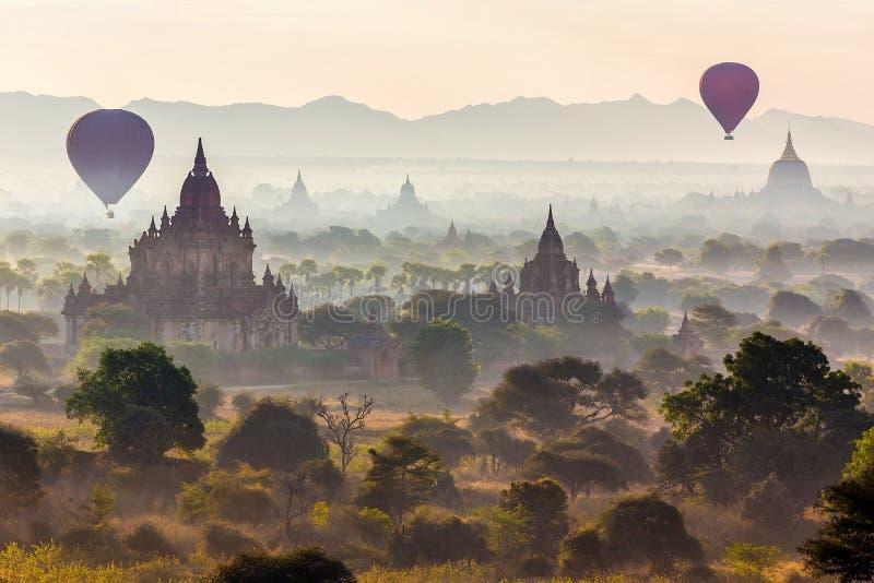 Balões e pagodes em Bagan fotos de stock royalty free