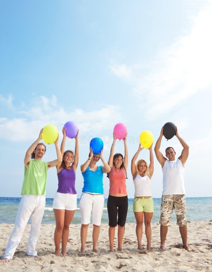 Balões felizes da terra arrendada dos jovens imagem de stock royalty free