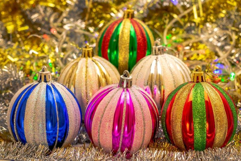 Balões festivos no fundo do bokeh do ouropel brilhante e de vislumbrar a festão colorida Cena pelo ano novo ou imagem de stock