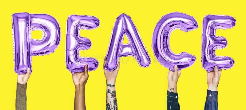 Balões roxos do alfabeto que formam a paz da palavra imagem de stock