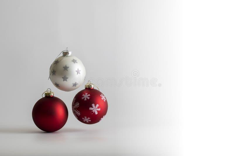 Bal di Natale su fondo bianco fotografia stock