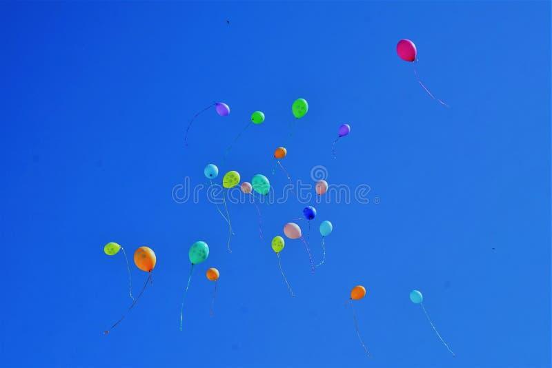 Bal?es coloridos no c?u azul imagens de stock royalty free