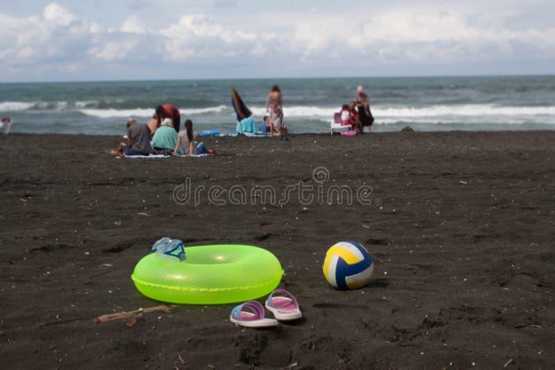 Bal, kleurrijk sandelhout en gele Drijvende Ring op strand Concept van reis of het overzeese vakanties stock foto's