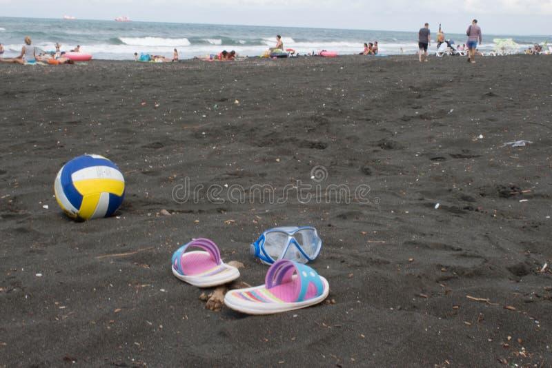 Bal, kleurrijk sandelhout en zwemmende glazen op strand Vage foto van mensen op zandstrand Concept van reis of het overzeese vaka royalty-vrije stock fotografie
