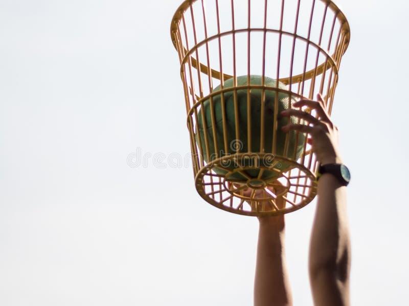 Bal neer in mand de competities van de stoelbal stock afbeelding