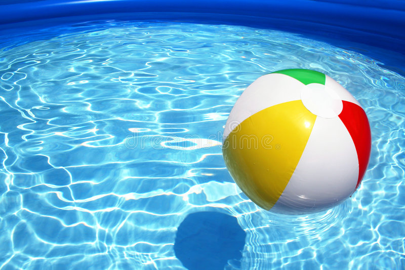 Bal in pool stock afbeelding