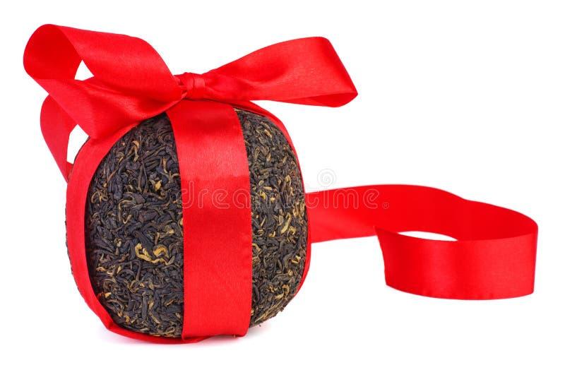 Bal van geperste zwarte chinese thee met rood lint royalty-vrije stock afbeeldingen