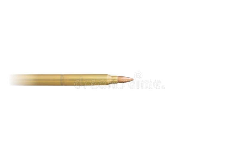 Bala de vuelo rápido borrosa del rifle en el fondo blanco con el copysp imagenes de archivo