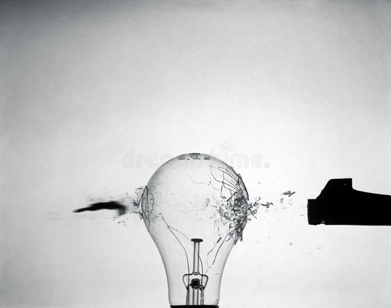 Bala que pasa a través del bulbo, fotografía artística imagen de archivo