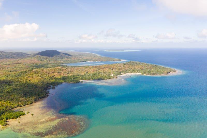 Balabac, Palawan, Philippinen Die Küste von einer großen Insel mit schönen Lagunen, Ansicht von oben lizenzfreie stockfotografie