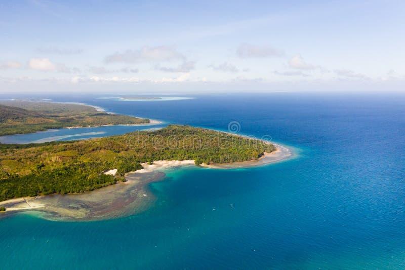 Balabac, Palawan, Philippinen Die Küste von einer großen Insel mit schönen Lagunen, Ansicht von oben stockbild