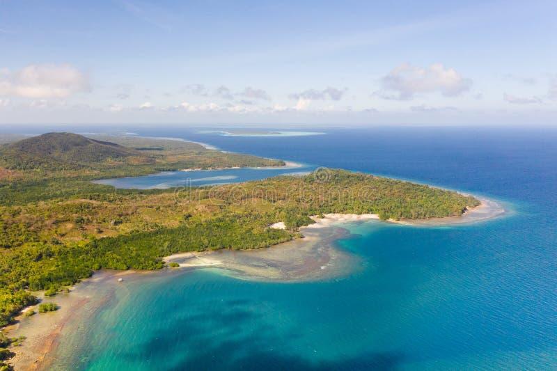 Balabac, Palawan, Philippinen Die Küste von einer großen Insel mit schönen Lagunen, Ansicht von oben stockfotografie