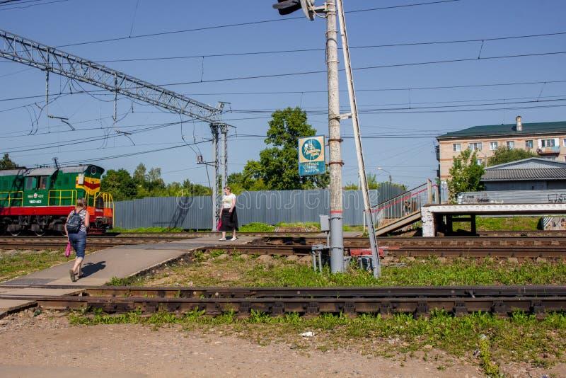 Balabanovo Ryssland - Augusti 2018: Fot- järnväg korsning till och med stänger arkivfoto