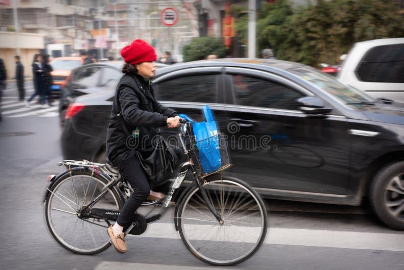Balade à vélo sur la route, Shanghai Chine photographie stock libre de droits