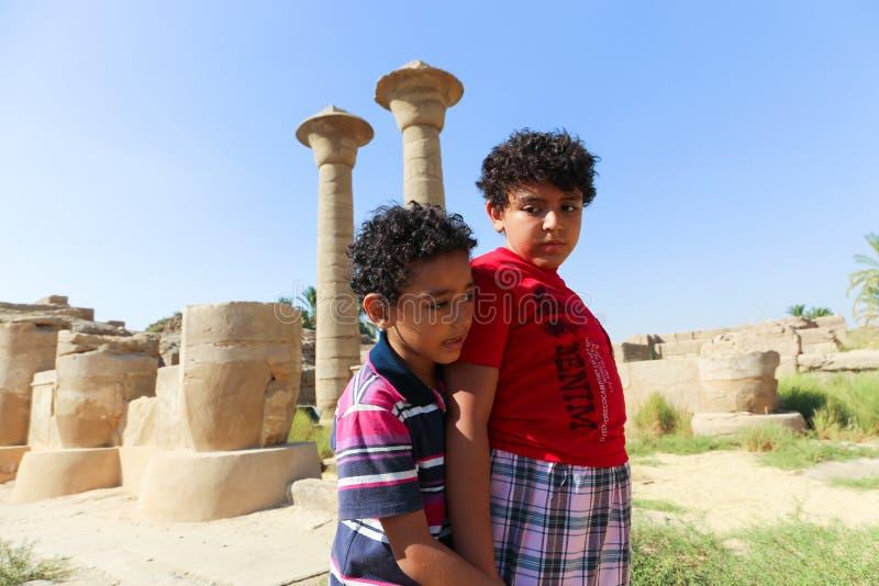Balade de touristes d'enfants au temple Louxor de Karnak images libres de droits