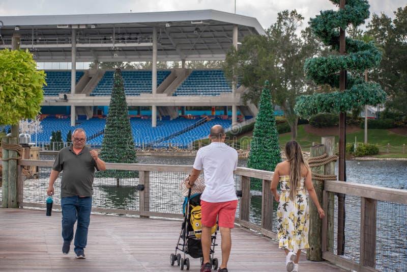 Balade en famille sur le pont du lac Seven Seas à Seaworld photos stock