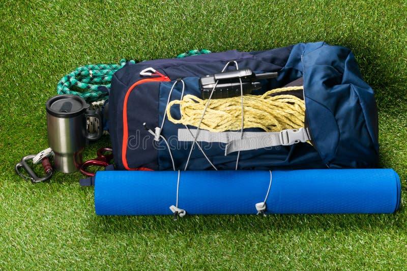 Baladez avec des choses pour le sport et des mensonges extérieurs de récréation sur une pelouse verte photographie stock