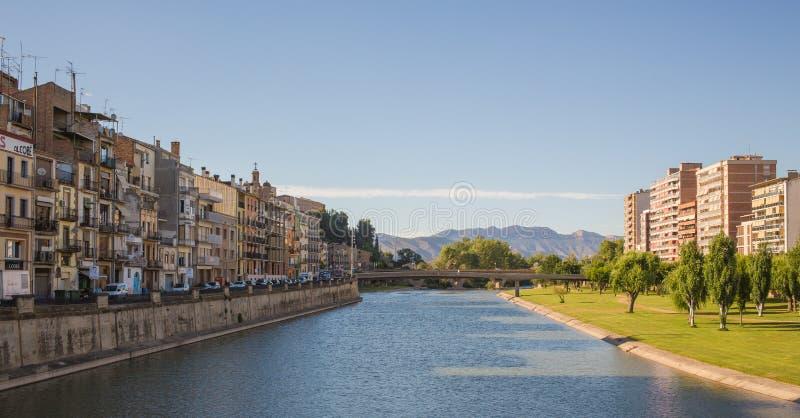 Balaguer stad en Segre-rivier stock foto