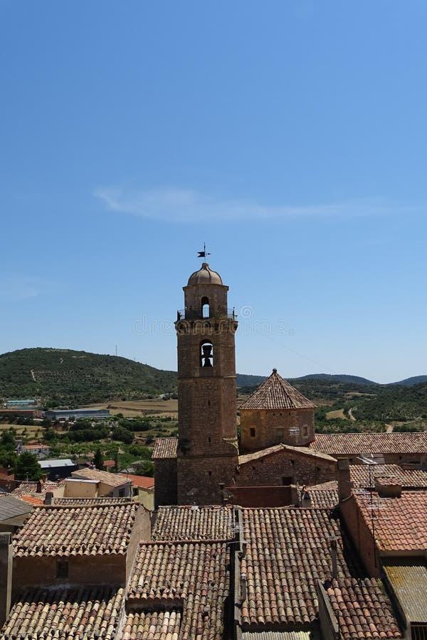 Balaguer stadsmening, kerktoren en dak van tegels, landschap van Catalonië, Spanje stock afbeelding