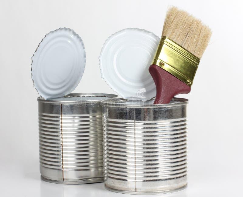 Balai dans le bidon deux en métal images stock