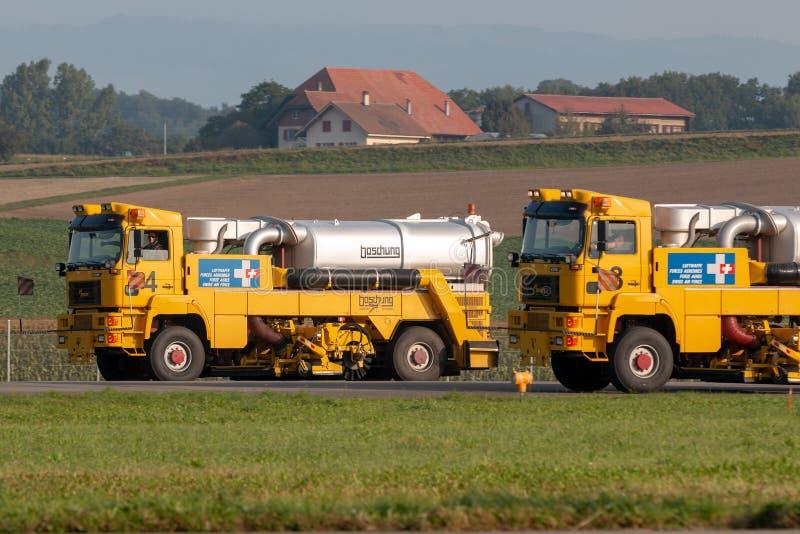Balai de jet de division d'aéroport de Boschung grand employé par l'Armée de l'Air suisse pour nettoyer des pistes d'aéroport photos libres de droits