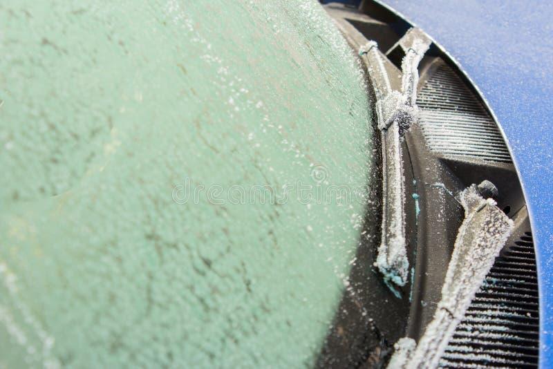 Balais d'essuie-glace et verre de voiture dans le gel et la neige photo stock