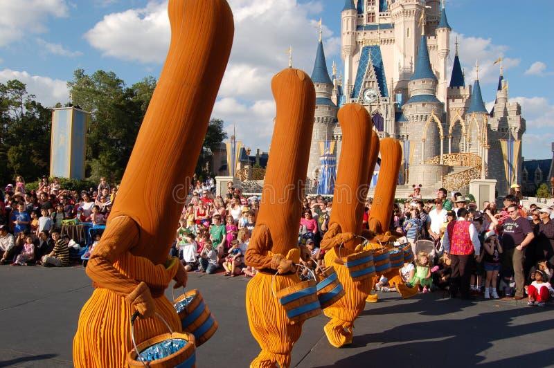 Balais de Disney (film de fantaisie) pendant un défilé images libres de droits