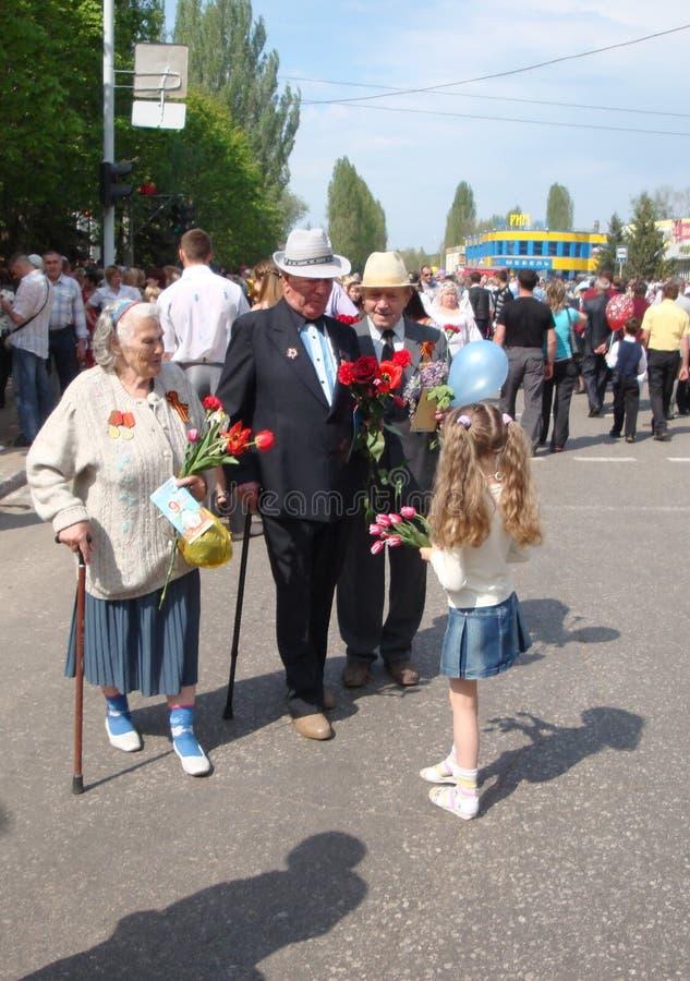 Balakovo,萨拉托夫地区,俄罗斯 09可以2010年 5月9日假日 40争斗已经来然而荣誉称号比那里更放置内存纪念碑在通过的爱国人位置可能的战士对未知的退伍军人胜利战争几年的日永恒法西斯主义花荣耀了不起的英雄 免版税库存照片
