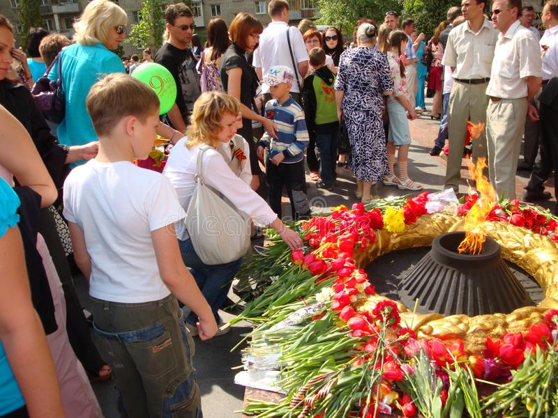 Balakovo, région de Saratov, Russie 09 peuvent 2010 9 mai vacances Jour de victoire Les enfants et les adultes ont apporté des fl photographie stock libre de droits