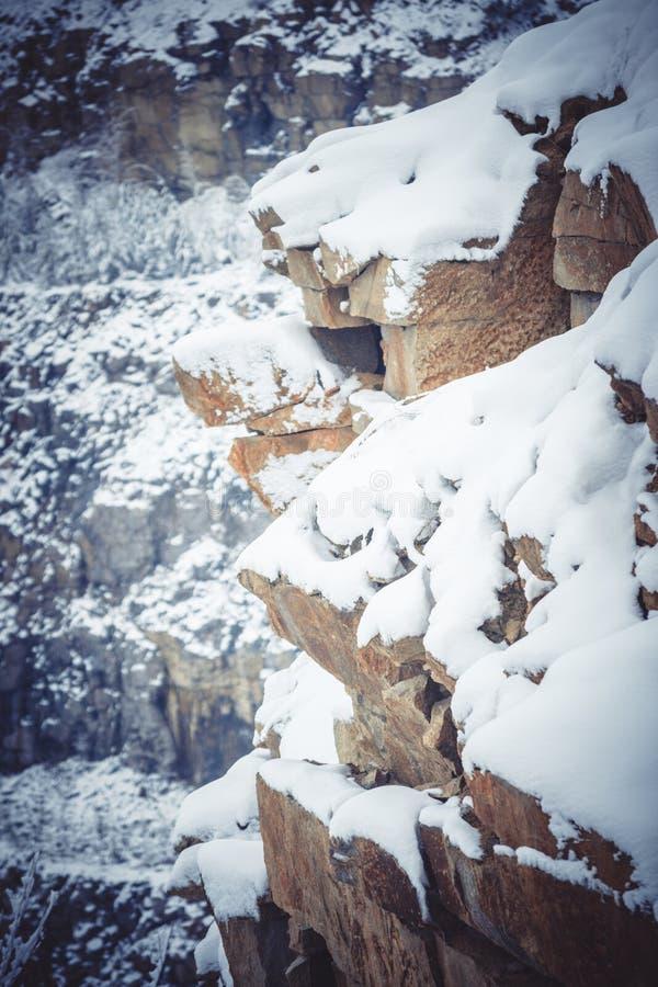 Balança o grande granito coberto com a neve fotos de stock