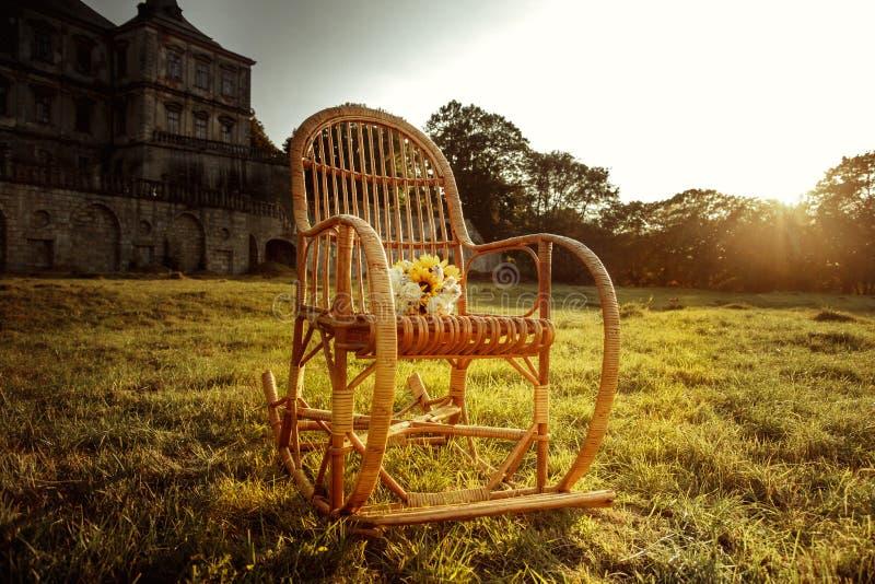 A balançar-cadeira de vime está esperando o feriado-fabricante imagem de stock