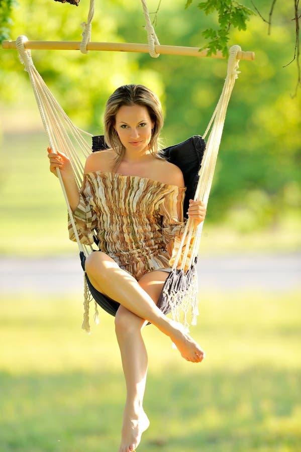 Balanço bonito da mulher nova foto de stock royalty free