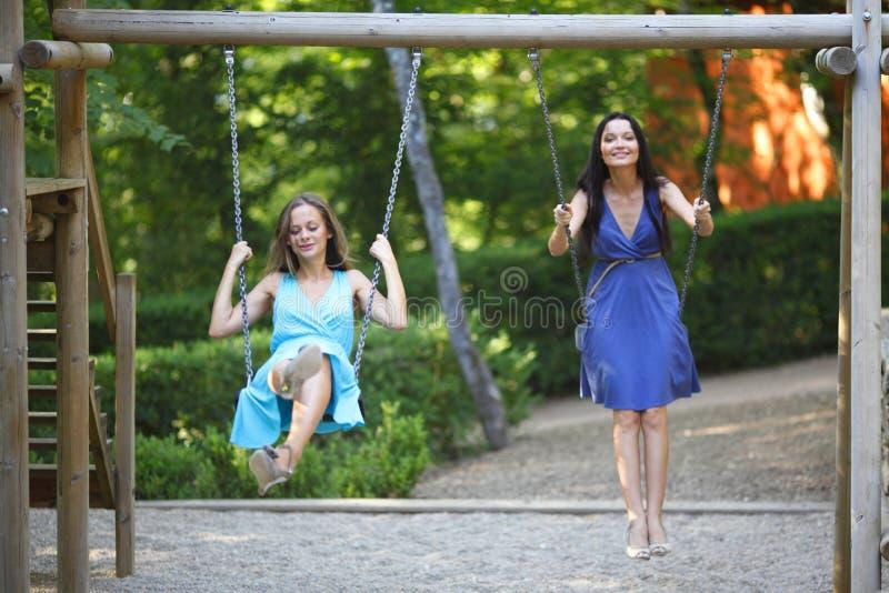 Balanço das mulheres novas foto de stock royalty free