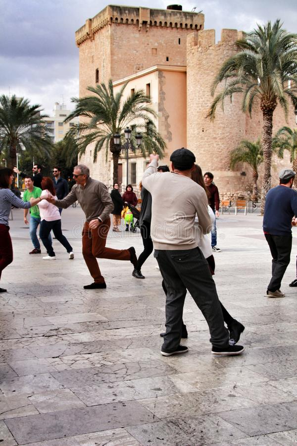 Balanço de dança dos povos na rua imagem de stock royalty free