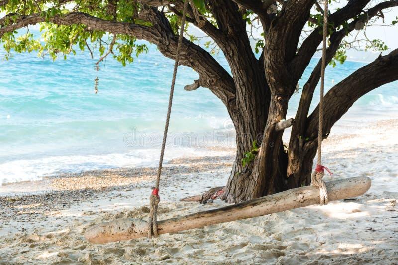 Balanço de madeira em uma praia exótica - ilha de Ko Kham, Tailândia fotografia de stock