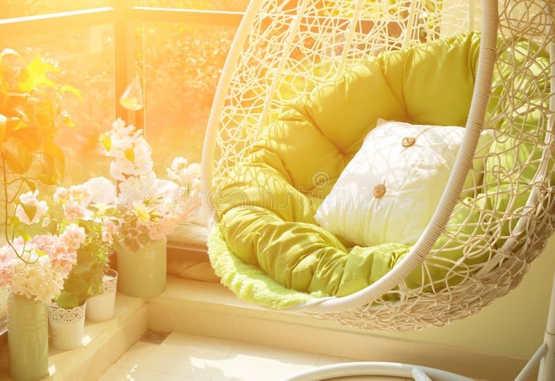 Balanço do jardim com colchão e coxim em um balcão fotos de stock royalty free