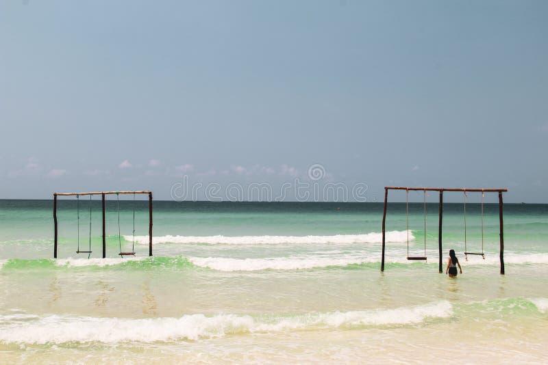 Balanço em um balanço no oceano fotos de stock