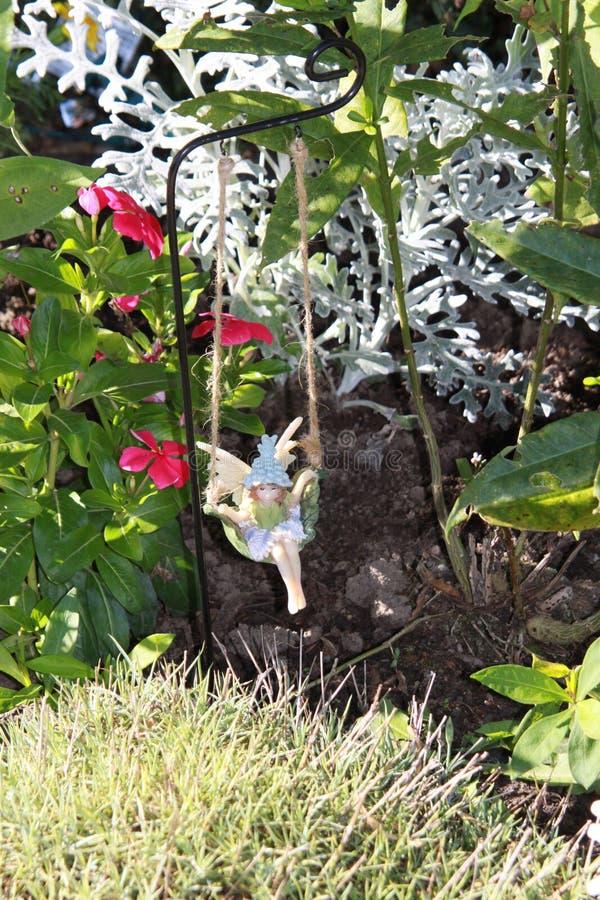Balanço feericamente no jardim foto de stock