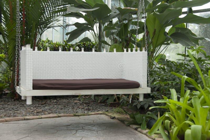 Balanço moderno no pátio da casa verde fotografia de stock royalty free