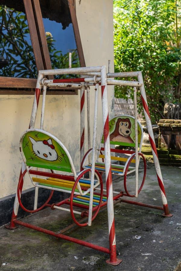 Balanço no composto de família, Dusun Ambengan, Bali Indonésia foto de stock